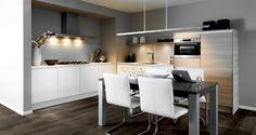 Keukeninspiratie: greeploze hoek/woonkeuken, in de kleur wit gecombineerd met castle oak.