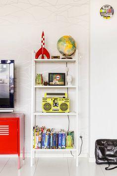 Olohuoneen hylly ja tv-taso ovat Ikeasta.  Tapetti on RTV:n valikoimasta. Tapetin kanssa kävi vahinko, se laitettiin ensimmäisellä kerralla seinään kohdistamatta kuvioita ja lopputuloksesta tuli melko psykedeelinen.