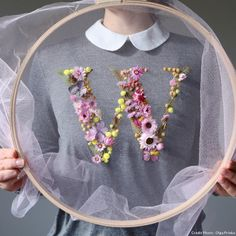 How to make embroidery hoop art with dried flowers Discover how to make embroidery hoop art with dried flowers with Olga Prinku who shares a simple step by step DIY tutorial to creating your own flower hoop Embroidery Hoop Crafts, Crewel Embroidery Kits, Embroidery Transfers, Vintage Embroidery, Floral Embroidery, Embroidery Patterns, Embroidery Books, Flower Crafts, Flower Art