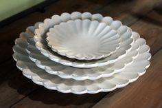粉引輪花大皿。 サイズ違いのお皿を重ねると、本当にお花が咲いているよう。  一枚使いでも十分な存在感あり。
