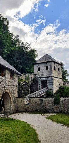 Durch 14 Tore auf die mittelalterliche Burg führt der Fußweg auf die Hochosterwitz in Österreich. Besonders bemerkenswert ist nicht nur ihre Lage auf dem Fels, sondern auch ihre 14 Burgtore, die zur Verteidigung von Feinden dienten. In mehreren Windungen führt der Weg hinauf zur Befestigungsanlage und überwindet einige tiefe Schluchten. Stellenweise wurden eigens Felswände ausgemeißelt. Mansions, House Styles, Medieval Castle, Enemies, Road Trip Destinations, Jokes, Landscape, Manor Houses, Villas