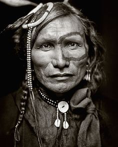 EN - Restored portrait of Iron White Man, a Sioux Indian from Buffalo Bill's Wild West Show. Original photograph from 1900 by Gertrude Käsebier. ES - Retrato restaurado de Iron White Man, un indio Sioux del Wild West Show de Buffalo Bill. Fotografía original creada por Gertrude Käsebier en 1900.