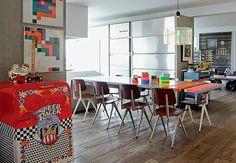 No apartamento do fotógrafo Lufe Gomes, reformado pelo amigo e arquiteto Gustavo Calazans, há um carrinho de chá com função de bar. Para dar um ar bem-humorado, boneco do Mestre Yoda – do filme Guerra nas Estrelas
