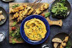 Dropp tapas og lag hummus og andre spennende dipp i ulike varianter sammen med kylling og salater. Sunt, spennende og velsmakende!Denne kombinasjonen med søtpotethummus og kylling kan serveres sammen med brød, yoghurtdressing, oliven, en grønn salat eller andre salater og dipp fra aichasmat.no som:... Tapas, Curry, Ethnic Recipes, Food, Spinach, Red Peppers, Summer Recipes, Kalay, Curries