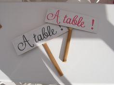 les pancartes que l'on confiera à mon filleul et son frère qui déambuleront parmi les invités afin qu'ils passent à table