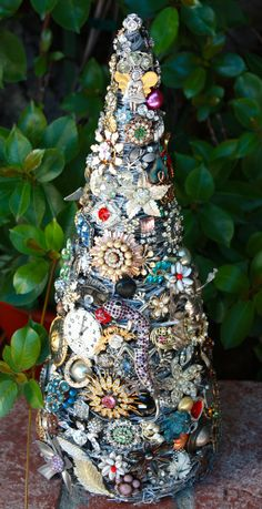 I want to use this as my inspiration for a small Steampunk tree! baublesandbrides.com