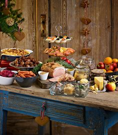 Xmas buffets Set up a buffet table so your guests can mingle easily! See 10 tips for a crowd-pleasing buffet! Christmas Buffet Table, Holiday Tables, Brunch Buffet, Party Buffet, Buffet Table Settings, Red Tablecloth, Christmas Brunch, Elegant Christmas, Swedish Recipes
