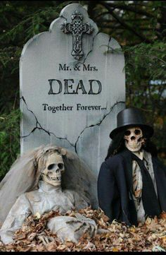 Easy DIY Halloween Decorations Ideas for Your Front Yard Halloween Outside, Halloween Skeleton Decorations, Adornos Halloween, Halloween Disfraces, Outdoor Halloween, Diy Halloween Tombstones, Modern Halloween, Halloween Lanterns, Halloween Prop