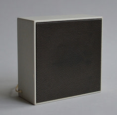 L 02 Additional Speaker Dieter Rams, 1957 - The magical proportions and textures: A thin wooden edge and a fine mesh front Audio Design, Speaker Design, Modern Industrial, Industrial Design, Dieter Rams Design, Braun Dieter Rams, Analog Synth, Pc Cases, Minimal Design