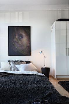Herkkä nuoren naisen muotokuva on Anni Henrikssonin Lainattu Valo. Teos on löytö…