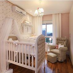 Quartinho de bebê, destaque para o tom rose com papel de parede floral que deu um toque romântico, adorei!!! Projeto by @mikaelianfreitas e by @mariana_orsi #babyroom #baby #bebê #mybaby #bedroom #quartodebebe #cute #homedecor #amazing #arquiteta #instadecor #home #fabiarquiteta #fabiarquitetainspira