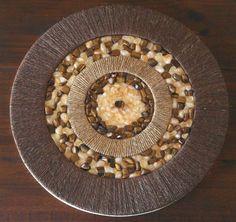 Mandala com Pedras Olho de Tigre e Citrino Mel.  Mais informações:  www.coresdeluz.com.br  Fanpage: Mandalas Cores de Luz