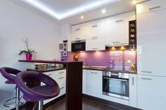 crédence en verre en lavande et tabourets en violet