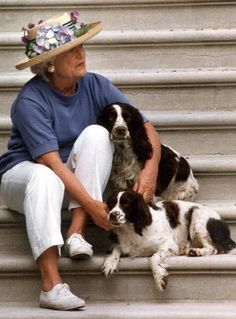 US First Lady Barbara Bush sits with dogs Millie and Ranger on the steps of the South Portico of the White House, Washington, DC, 28 April while waiting for US President George Bush to return. Get premium, high resolution news photos at Getty Images American Presidents, American History, American First Ladies, American Women, Native American, Us First Lady, Barbara Bush, Laura Bush, Bush Family