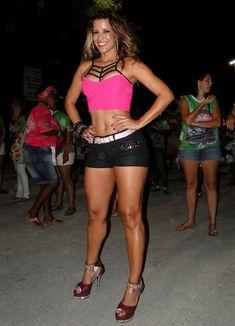 Renata Santos exibe coxas torneadas no ensaio de rua da Mangueira | RedeTV! - Bastidores do Carnaval
