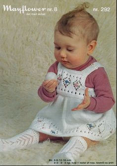 Den yndigste baby pigespencer med blomster knopper sirligt broderet på. Så smukt og bedårende et hulmønster der gør selv den
