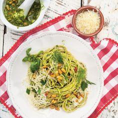 Grüner wird′s nicht: Im Pesto landet nicht nur Basilikum, sondern auch noch Petersilie, Dill und Brunnenkresse. Das Ergebnis: ein wunderbar aromatisch...