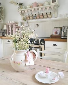 """Nowadays, more and more people are utilizing the """"shabby chic"""" approach to interior design and decoration. Shabby Chic Interiors, Cottage Interiors, Shabby Chic Homes, Shabby Chic Decor, Shabby Chic Dining Room, Creation Deco, Cottage Kitchens, Beautiful Kitchens, Country Kitchen"""