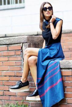 Confira o novo sapato favorito das fashionistas. Versão fechada dos flatforms, tipo um oxford com salto. Se inspire nesse look com vestido longo azul e invista nessa tendência.