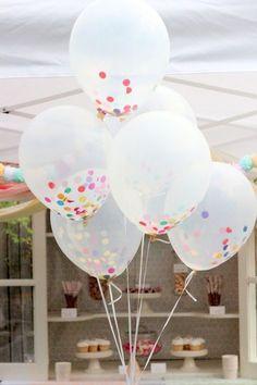Balões transparentes com confete: Insira os confetes coloridos dentro dos balões ainda vazios. Depois de enchê-los, amarre e espalhe-os aos punhados pelo ambiente.