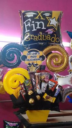 Para graduación  Decoradora: Olga Montiel Yebra Graduation Bouquet, Graduation Crafts, Graduation Balloons, Graduation Party Decor, Love Box, Candy Gifts, Creative Crafts, Hamper, Kids And Parenting