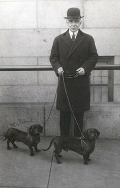 American Gilded Age tycoon and financier, Otto Hermann Kahn, and his dachsies. Vintage Dachshund, Dachshund Art, Vintage Dog, Daschund, Chihuahua, Weenie Dogs, Doggies, Miniature Dachshunds, Mundo Animal