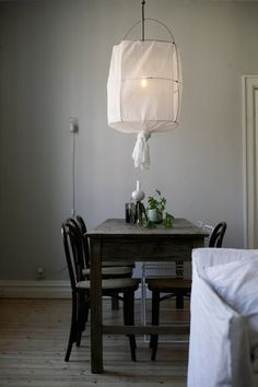 Luci sospese create con fil di ferro e garza bianca come zucchero filato. / @La maison d'Anna G.