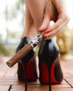 Cigars And Women, Women Smoking Cigars, Cigar Smoking, Girl Smoking, Tobacco Smoking, Good Cigars, Cigars And Whiskey, Gentlemen Club, Zigarren Lounges