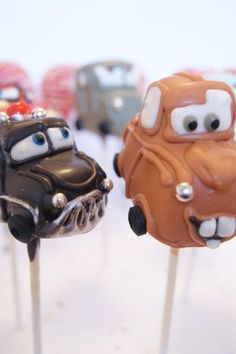 Disney Cars Sheriff and Mater cake pops ! How cute to be on a Car Story Themed Party or for any Car Story Cake Decoration ? Pretty Cakes, Cute Cakes, Beautiful Cakes, Amazing Cakes, Mater Cake, Chocolates, Cake Pop Decorating, Baby Shower Cake Pops, Cookie Pops