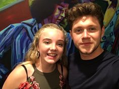 September Niall with a fan at Flicker Sessions LA Niall Horan 2017, Harry Styles, Friends Group Photo, Nail Horan, Irish Boys, King Of My Heart, Important People, James Horan, Rich Man
