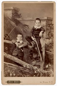 Alfred and Walter Pach as young boys, ca. 1889 / Pach Brothers, photographer. Walter Pach papers, Archives of American Art, Smithsonian Institution.