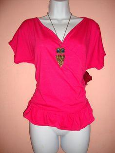 EC. Blusa #1. Para un look casual o diario, lo mejor es optar por una blusa de encaje en tonos suaves, como los pasteles, que son una gran tendencia. Esta blusa de encaje verde es una excelente.