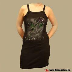 En fin svart minikjole i kamisoll-modell med trykt motiv. Materiale: Laget i 100% bomull. Vaskes vrengt på 40 grader. God strekk i stoffet.