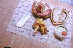 """Agosto 2015: 140 grs. de carne de pollo • crema de queso a la lima • mayonesa de albahaca • """"caviar de tomate""""• brotes de soja • todo ésto dentro de pan brioche de hierbaluisa"""