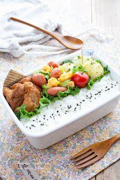 春色弁当 | ・チリペッパー風味の鶏から揚げ ・春色スクランブル ・新じゃがの粒マスタード和え ・ごま塩ご飯 ・プチトマト | 毎日がお弁当日和♪