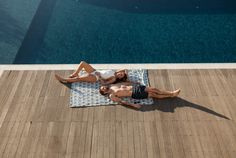 """Our """"Grande"""" beach towels, measuring 150cm x 200cm, are an ideal beach blanket for a family or any of you who is for """"caring and sharing""""! They are double sided and made of exceptional quality 100% Egyptian cotton towel and 100% cotton poplin which makes them very soft and absorbent. Ideal for long days at the beach it can easily be carried in its own burlap bag that comes with it and has our logo printed on one of the sides. Can also be used a cool picnic mat!"""