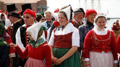 Gruppen af Danske folkedansere i deres farverige gamle kjoler ...