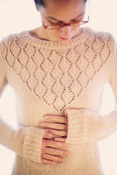 Blusa de tricô com pala rendada. Pode ser feita em lã ou linha.