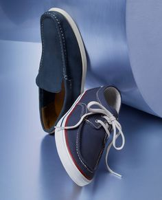 A Quick Guide To Choosing A New Pair Of Sneakers. Sneakers are probably the most important product in a sports closet. As intriguing as it may be, you can't jog in the exact same shoes you go to the workpl Sock Shoes, Men's Shoes, Blue Fashion, Mens Fashion, Timberland Earthkeepers, Turn Blue, Loafers Online, Looking Dapper, Adidas