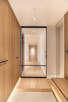 homify에는 인테리어 디자인과 관련한 수많은 사진들이 있습니다. 여기에서 영감을 얻어 가세요. Interior Garden, Cafe Interior, Apartment Interior, Interior Design Living Room, Entrance Design, Hall Design, Door Design, House Design, Wood Interiors