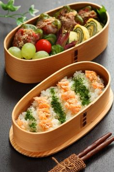 Bento box featuring meat-stuffed bell peppers, nori tamagoyaki, fresh fruit & veggies, and rice topped with flaked salmon & ao nori Japanese Bento Lunch Box, Bento Box Lunch, Japanese Food, Japanese Ginger, Bento Box Traditional, Boite A Lunch, Eat This, Aesthetic Food, Asian Recipes
