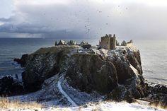 L'Ecosse n'est pas connue que pour le whisky et Harry Potter : ce pays abrite un grand nombre de paysages merveilleux. Si les photos qui vont suivre semblent avoir été prises aux quatre coins du monde, ces 14 lieux se situent bel et bien sur l'île aux Nuages. Bienvenue en Ecos...