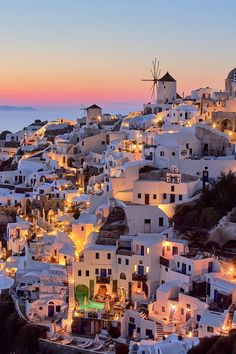 Santorini, Greece | Get ready to explore the most romantic destinations in the world. These 12 locations are the perfect romantic getaways for couples. Choose your dream location to spend your holiday with your loved one: a romantic break that will stay in your memory forever!