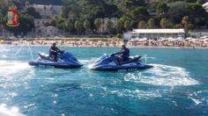 Messina, tra squali e acquascooter della Polizia