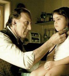La piccola, sconvolta da tanta intimità eccezionale, non riesce a contenere il batticuore, perciò, il padre la crede affetta da un'anomalia cardiaca.