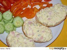 Dobrá pomazánka na chlebíčky 2 vejce 100 g šunkového salámu 1 menší cibule 2 tavené sýry nebo 4-5 trojúhelníčků taveného sýra 1-2 lžíce Majolky® 1 lžička hořčice Postup přípravy receptu Na malé kostky krájíme šun.salám, cibuli a vejce uvařená na tvrdo. Dáme sýr, Majolku® a hořčici a zamícháme. No Salt Recipes, Snack Recipes, Cooking Recipes, Czech Recipes, Ethnic Recipes, Hungarian Recipes, Food 52, Party Snacks, Yummy Treats
