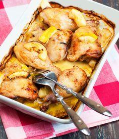 Poulet au citron, oignons rouges, sauge et thym frais