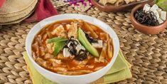 La sopa azteca con chile pasilla es una sopa deliciosa de un caldo de jitomate con chile pasilla se acompaña con tiras de tortilla.