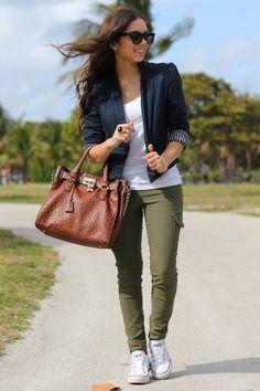 ideas how to wear green pants casual khakis How To Wear White Converse, How To Wear White Jeans, Outfits With Converse, White Chucks, White Sneakers, Look Fashion, Autumn Fashion, Fashion Outfits, Feminine Fashion