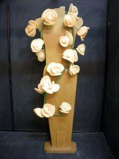 Guirnalda de flores realizada con espuma en plancha.